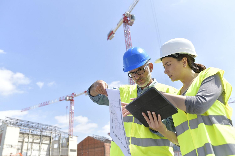 Aannemer voert kwaliteitscontrole op bouwplaats uit